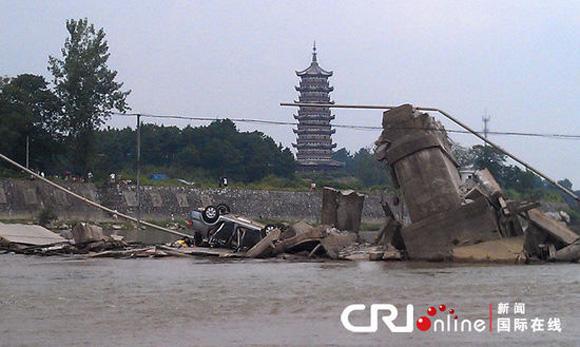 江西广昌县,大桥坍塌事故现场掉入水中的车辆