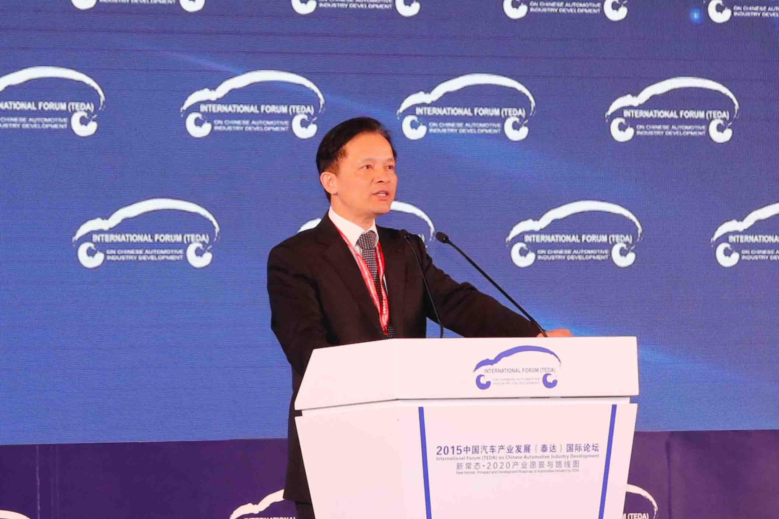 """刚刚结束的""""中国汽车产业发展国际论坛"""",围绕""""新常态·2020产业愿景与路线图""""的主题,几位来自政府部门的重量级嘉宾展开交流与讨论。   2015年,中国经济呈现了与以往不同的特征,新常态下的汽车行业正面临着深度调整与改革。国家的政策导向和产业战略发展方向显得尤为重要。  中国工程院院士、党组成员、秘书长钟志华   """"我国的制造业增加值已经占到了全球的20%,应该是名副其实的制造大国。但是,大而不强,主要原因体现在几个方面。首先"""
