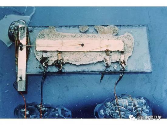 """而相比较的是中国,在1960年代还在大规模生产电子管的收音机,很晚才大规模生产出晶体管收音机。  上海144电子管收音机   集成电路时代-从实验室到市场   在1950年代末,美苏进入太空竞赛阶段。   苏联早早地把人送上了太空。美国急需将各种设备小型化,需要把大量电子管的产品替换成晶体管的产品。早期的晶体管技术还是实验室技术,离大规模生产还有一大段距离。   国内经常有一种错觉:   我们用集中力量办大事的模式,在实验室搞出一个产品,就真的""""填补了国内空白,达到国际先进水平&rdquo"""